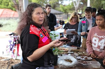 Vivienne Hansen's workshop on Nyoongar culture and use of plants, ArtsHouse AiR program, 2018. Photographer: Perdita Phillips