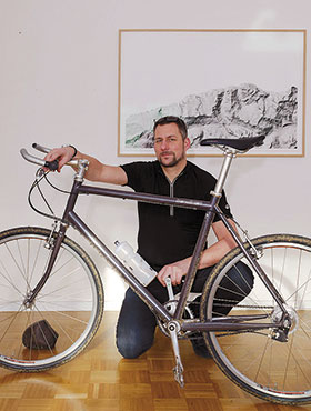 Portrait of Jochen Kitzbihler with Bicycle. Image Jürgen Roesch